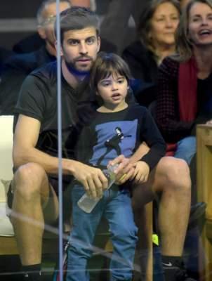 A 10 días de su operación, Milan Piqué reaparece junto a su papá
