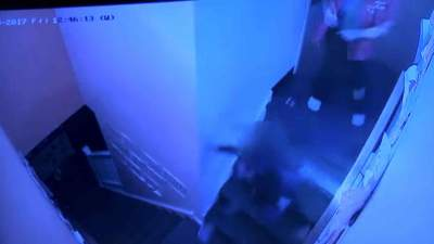 Una trabajadora de una guardería empuja por las escaleras a una niña