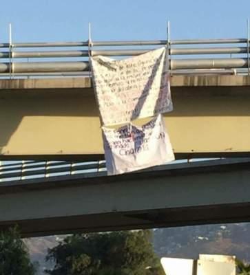 Cuelgan narcomantas y bolsa con restos humanos en puente Ermita