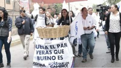 """Vázquez Mota reparte """"pan"""" en Cuautitlán"""
