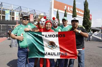 Ambiente de fiesta en el estadio Azteca