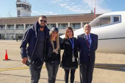 Shakira y Piqué llegan a Argentina para la boda de Messi