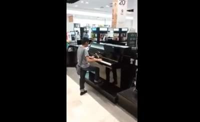 """Tienda departamental busca a """"niño talento"""" del piano"""