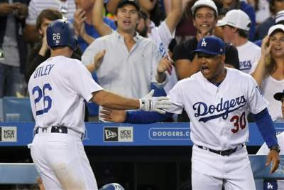 Dodgers ganan a Gigantes con un doble de Farmer en el 11mo