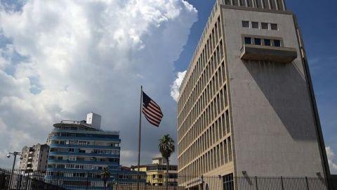 """EE.UU. ordena retirar a """"más de la mitad"""" del personal de su embajada en Cuba"""