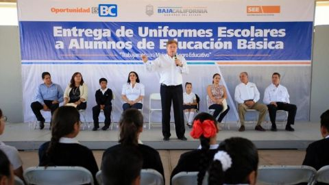 Entregan de más de 83 mil uniformes a alumnos de educación básica en la entidad