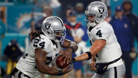 Carr y Lynch dan triunfo a Raiders 27-24 sobre Miami