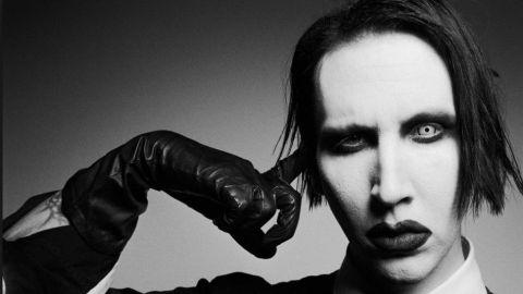 Marilyn Manson levanta polémica con rifle falso