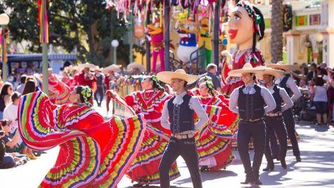 Disneyland abre en California su multicultural temporada navideña