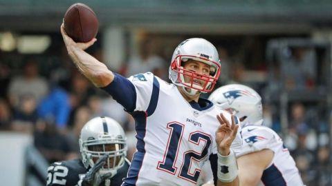 Brady da cátedra en México; Patriots aplastan a Raiders