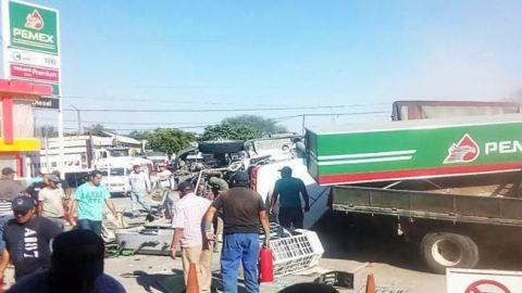 Choca tráiler contra gasolinera en Michoacán; 4 muertos