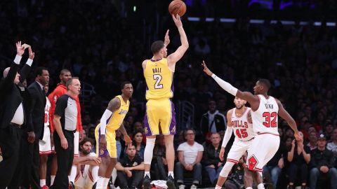 Lakers remontan 19 puntos y vencen a Bulls 103-94