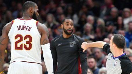 Inédita expulsión de LeBron, Cavs derrotan al Heat