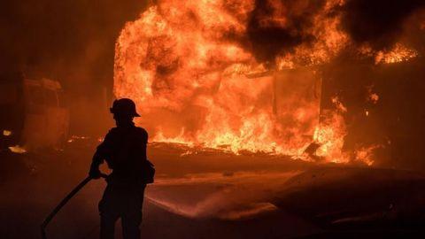 Un muerto y miles de personas evacuadas por un potente incendio en California