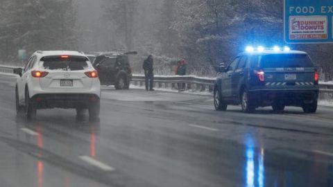 Miles de vuelos cancelados y retrasados por tormenta de nieve en EE.UU.
