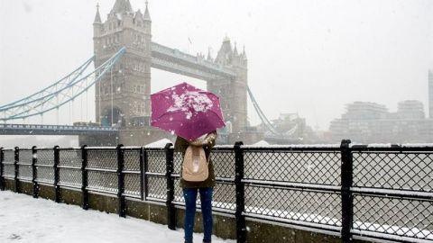 La nieve fuerza la cancelación de vuelos en R.Unido y el cierre de colegios