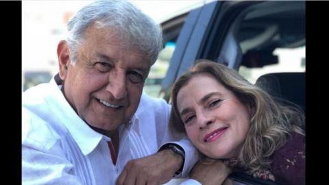 """AMLO comparte foto """"echando novio"""" con su esposa"""