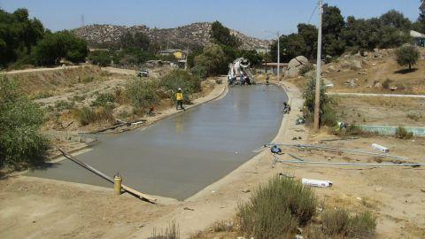 Realizan trabajos de pavimentación en el fraccionamiento Rincón Tecate