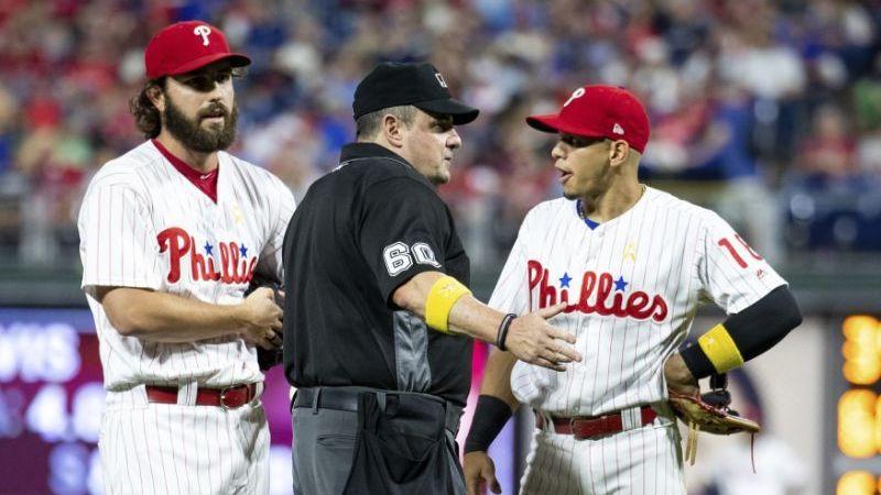 Umpire le confisca tarjeta de apuntes a pitcher de los Phillies