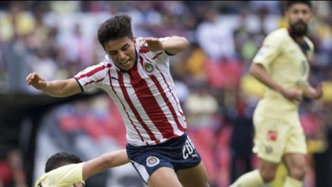 Con penal atajado por Gudiño, Chivas iguala el Clásico con América