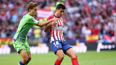 Atleti corta racha de Betis y toma el liderato; Guardado salió lesionado