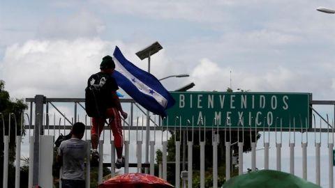 Miles de hondureños saltan cordón policial en Guatemala y entran a México