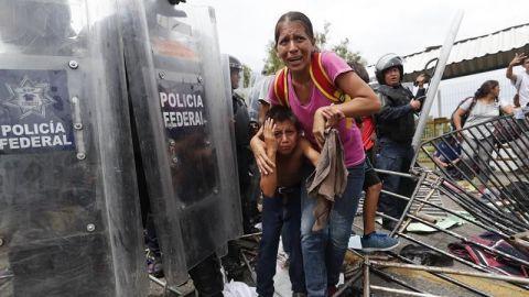 """México denuncia que migrantes hondureños entraron al país """"por la fuerza"""""""