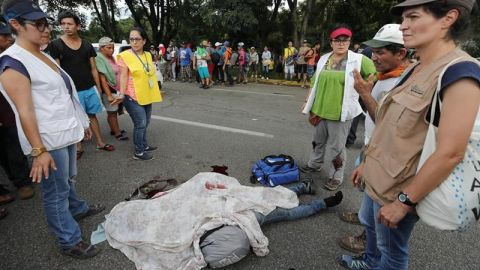 Muere hondureño que iba en la caravana migrante; cae de una camioneta