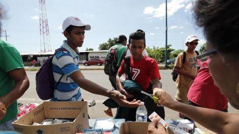 La solidaridad de los mexicanos reconforta a la caravana migrante