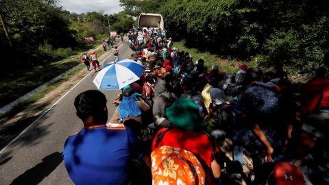 """Trump calcula que hay """"10.000"""" personas en caravana y dice que """"no entrarán"""""""