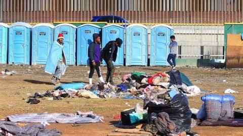 Lento traslado de migrantes a nuevo albergue en frontera de México con EEUU