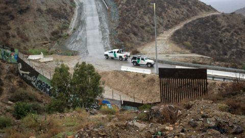 Desesperación de migrantes los obliga a saltar la valla