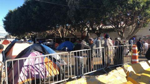 Alrededor de 300 migrantes permanecen en la vía pública de Tijuana