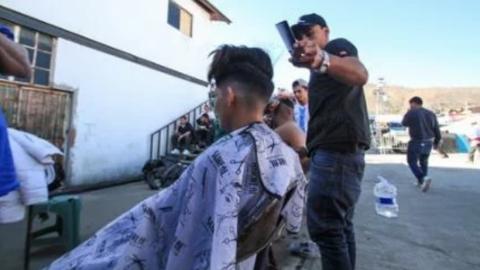 "Daniel, el barbero de los migrantes de ""El Barretal"""