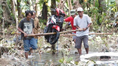 Disminuyen esperanzas de encontrar supervivientes por el tsunami en Indonesia