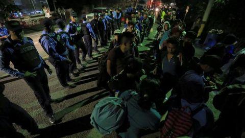 Más de 709 hondureños de caravana de migrantes cruzan frontera de Guatemala