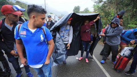 Unos 500 migrantes cruzan ordenadamente la frontera guatemalteca con México
