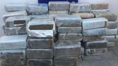 Aseguran en Sonora media tonelada de droga oculta en camión