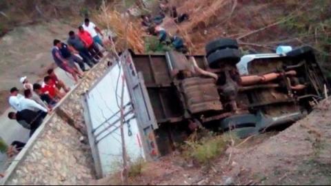Atienden a 29 migrantes lesionados en volcadura en Chiapas
