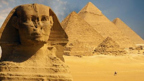 Detienen a joven egipcio por escalar la Pirámide de Giza