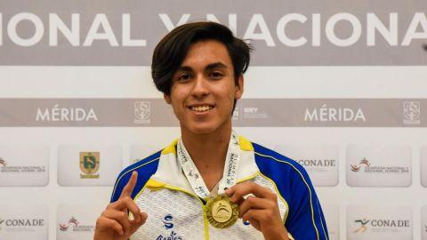 Recibe Marco Flores medalla de oro en boliche