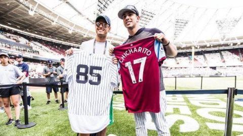 """""""Chicharito"""" y Luis Cessa intercambian camisetas"""