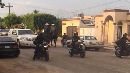 Con banda, caballos y supuestos policías despiden a narco