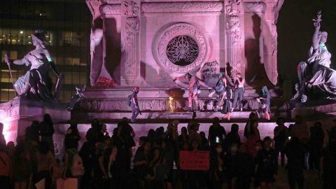 El Ángel de la Independencia tras marcha feminista