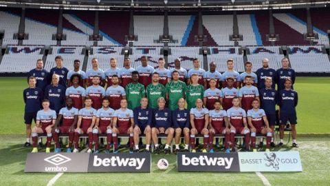 Chicharito se toma la fotografía oficial con el West Ham