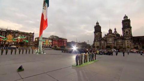 AMLO iza bandera a media asta en memoria de víctimas de sismos
