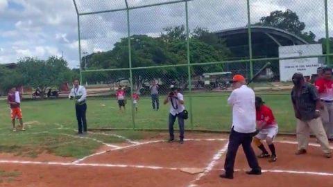 VIDEO: AMLO no se queda con las ganas y juega softball en Yucatán