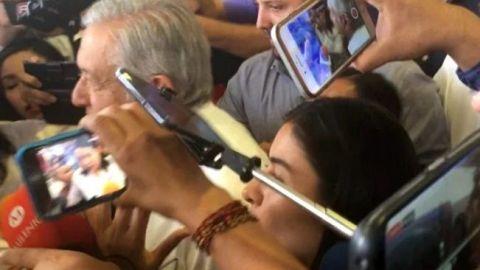 ''No me apachurren tanto'', dice AMLO a su llegada a Sinaloa