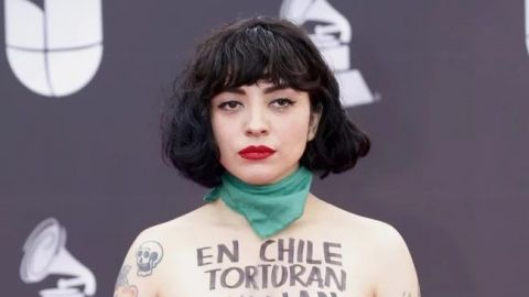 VIDEO: Mon Laferte protesta en topless por Chile durante Latin Grammy