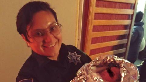 Policías ayudan a una mujer en labor de parto